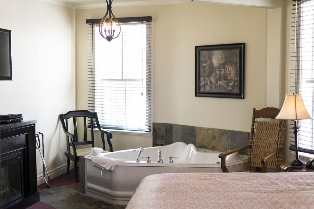 chambre foyer baignoire remous laurentides auberge. Black Bedroom Furniture Sets. Home Design Ideas